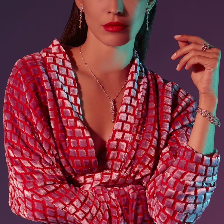 Modella che indossa gioielli di diamanti Broggian