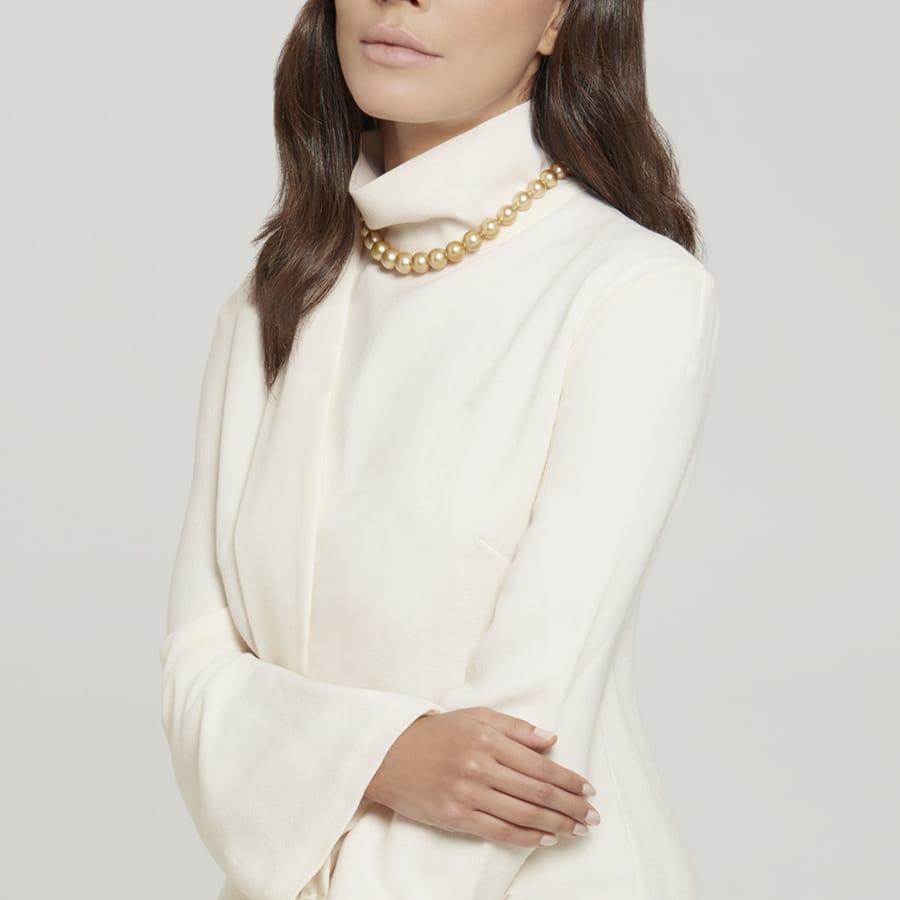 Modella che indossa collana di perle Mikimoto