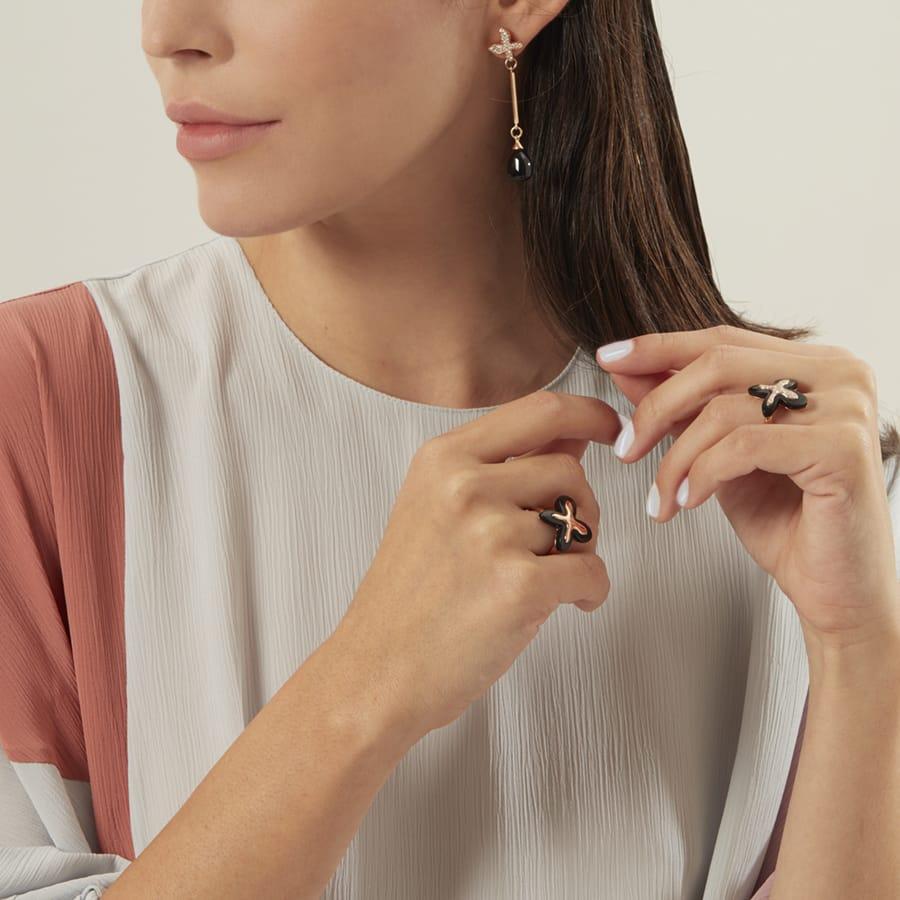 Modella che indossa gioielli MIMI milano